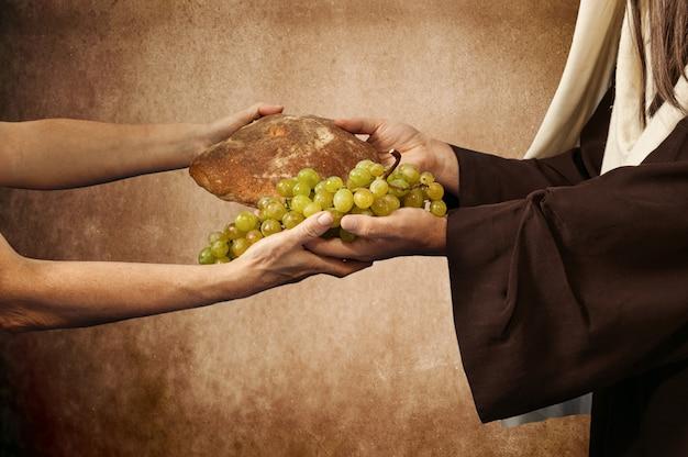 Jesús da pan y uvas.