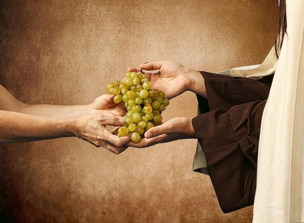 Jesús da uvas a un mendigo.