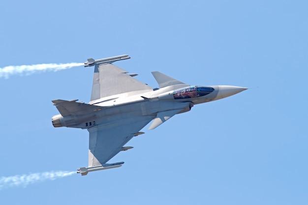 Jet de combate militar en el cielo azul