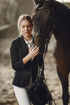 El jinete entrena con el caballo