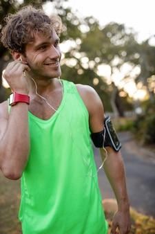 Jogger escuchando música en el teléfono móvil