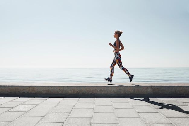 Jogging, mujer joven, funcionamiento, en tierra