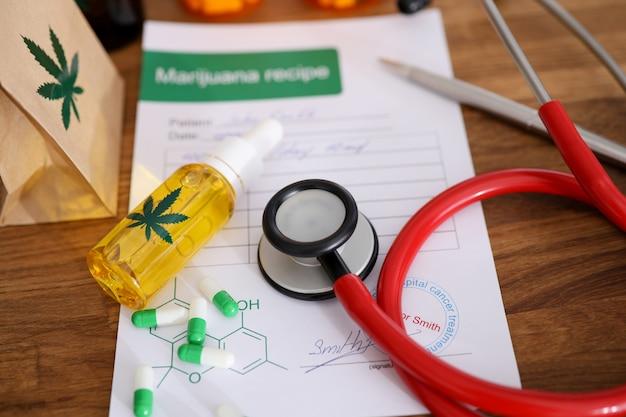 John smith - nombre ficticio. estetoscopio rojo con receta de marihuana en doctor