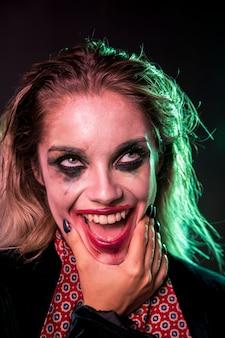 Joker expresiones faciales en una modelo de halloween