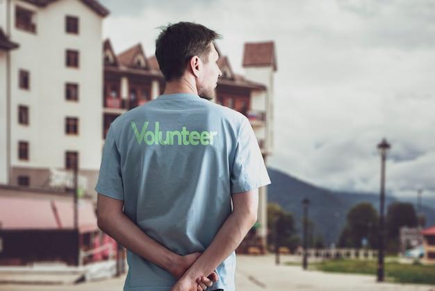 Un joven activista voluntario que trabaja en el exterior, el altruismo y el concepto de trabajo en equipo