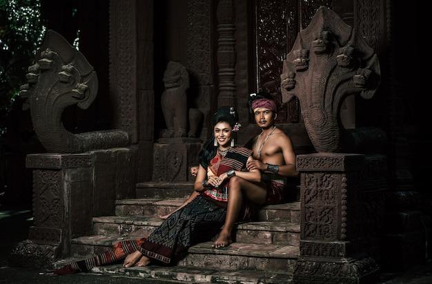Joven actor y actriz con hermosos trajes antiguos, en monumentos antiguos, estilo dramático. actuar en la leyenda de una historia popular de amor, un cuento popular tailandés de isan llamado