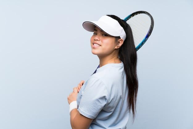 Joven adolescente chica asiática jugando tenis