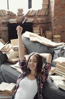Joven adolescente leyendo un libro en casa