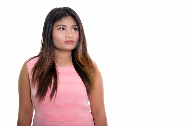 Joven adolescente persa pensando mientras mira al lado