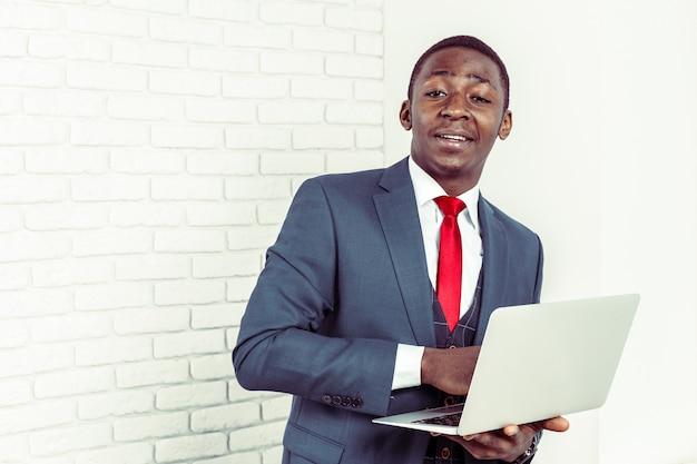 Joven africana con laptop