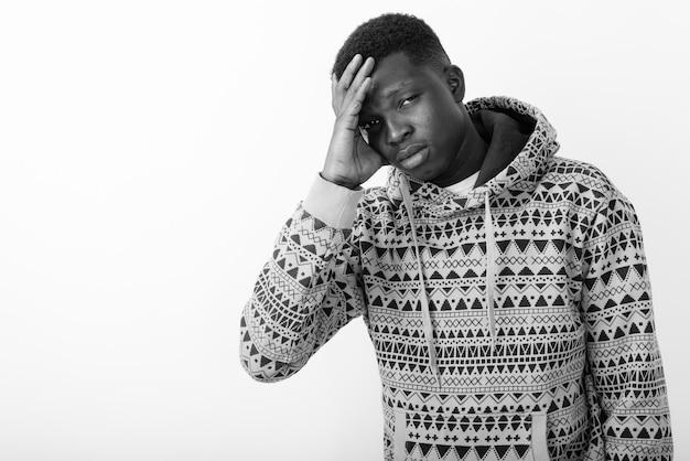 Joven africano con capucha. en blanco y negro