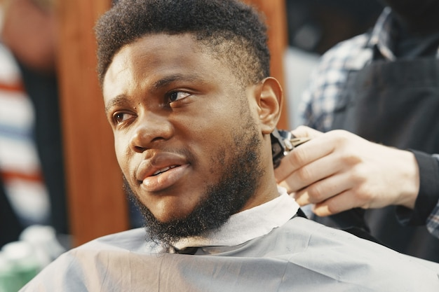 Joven afroamericano visitando peluquería