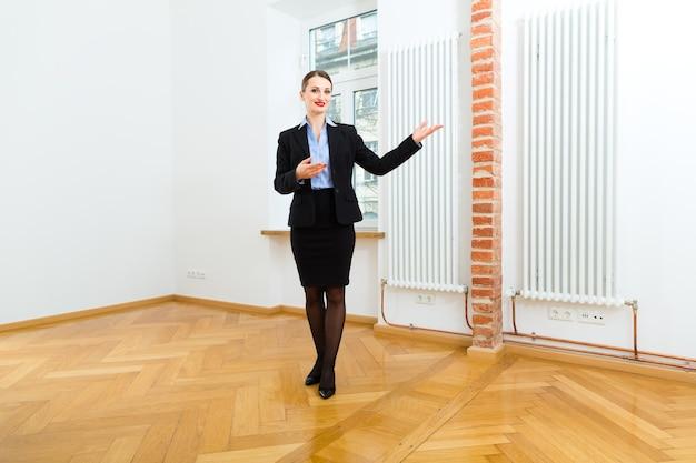 Joven agente inmobiliario viendo un apartamento, también podría ser el inquilino