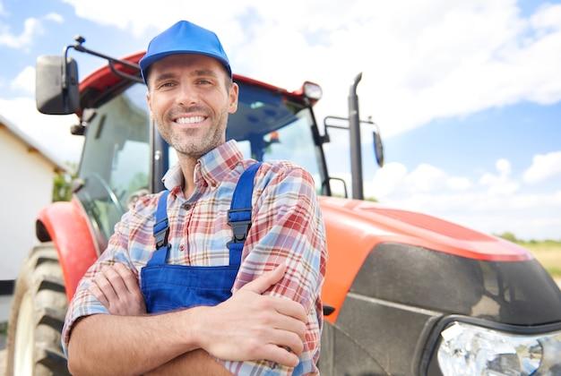 Joven agricultor cuidando su negocio