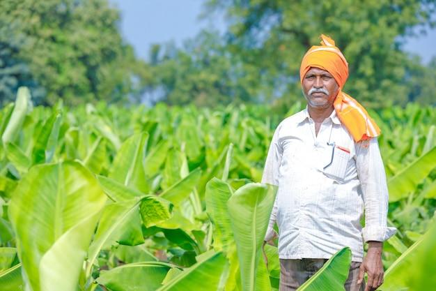 Joven agricultor indio en el campo