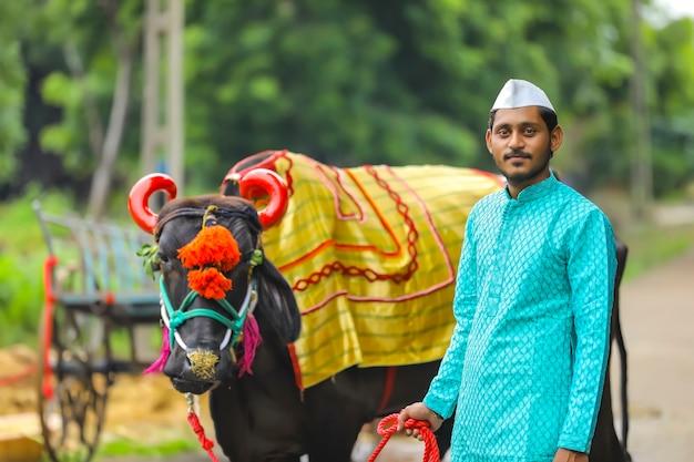 Joven agricultor indio celebrando el festival pola