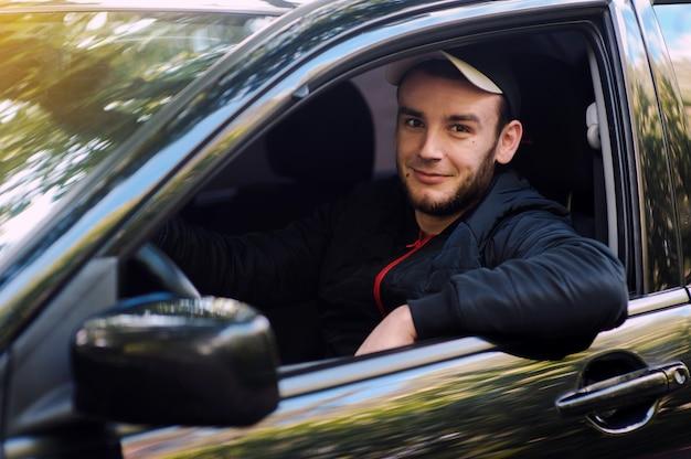 El joven al volante.