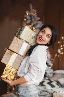 Joven alegre celebración de regalos de navidad