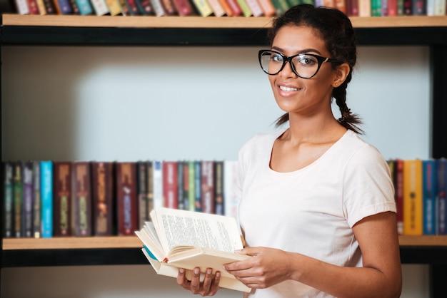 Joven alegre mujer africana con gafas