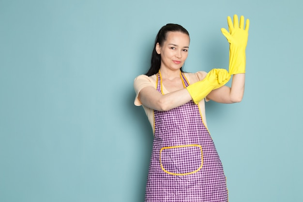Joven ama de casa con guantes amarillos con expresión feliz