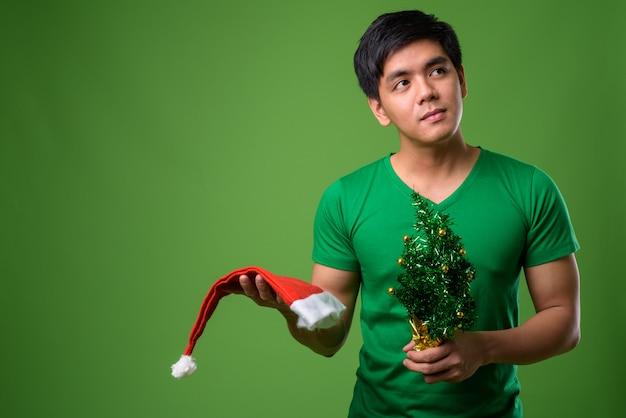 Joven apuesto hombre filipino listo para navidad
