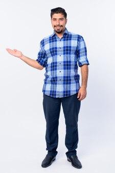 Joven apuesto hombre hipster iraní barbudo aislado en blanco