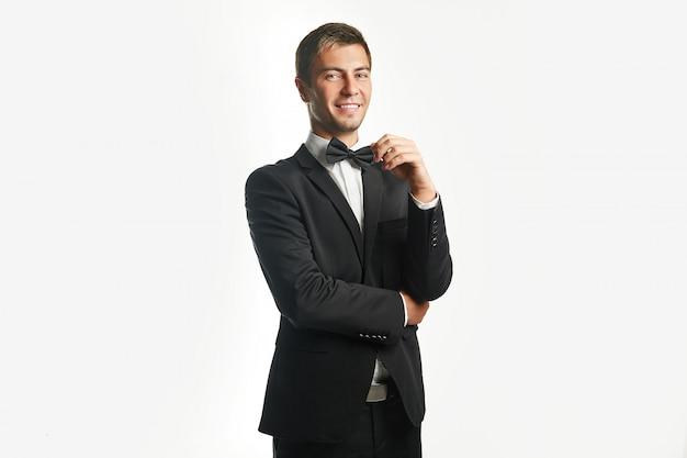 Joven apuesto hombre de negocios en traje negro
