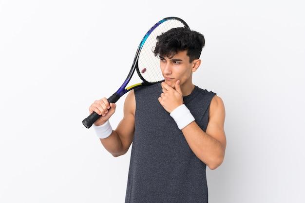 Joven argentino jugando tenis y pensando