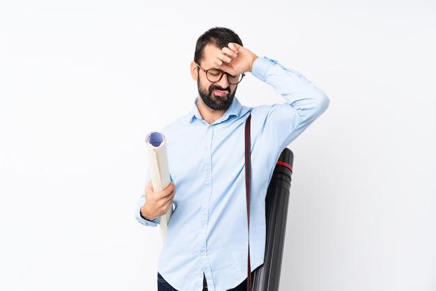 Joven arquitecto hombre con barba con expresión cansada y enferma