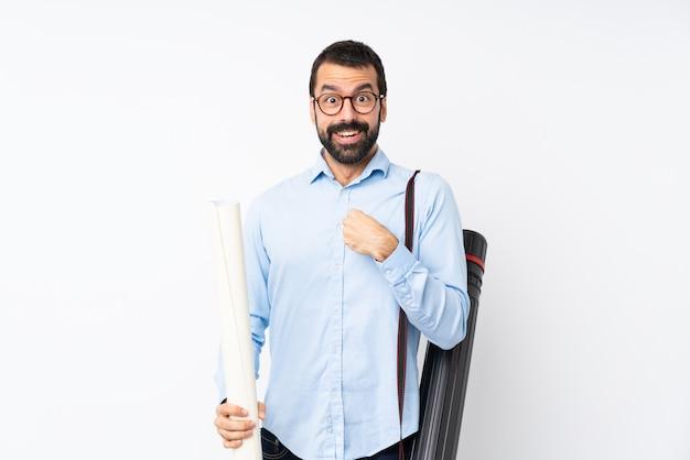 Joven arquitecto hombre con barba sobre pared blanca aislada con expresión facial sorpresa