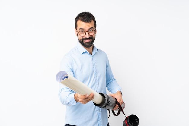 Joven arquitecto hombre con barba sobre pared blanca aislada