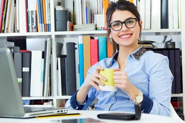 Joven arquitecto mujer que trabaja en la oficina