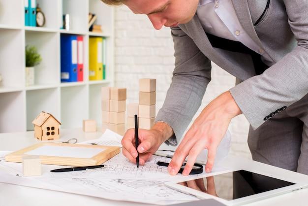 Joven arquitecto en su cuarto de trabajo