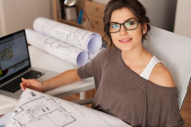 Joven arquitecto trabajando en la oficina en casa