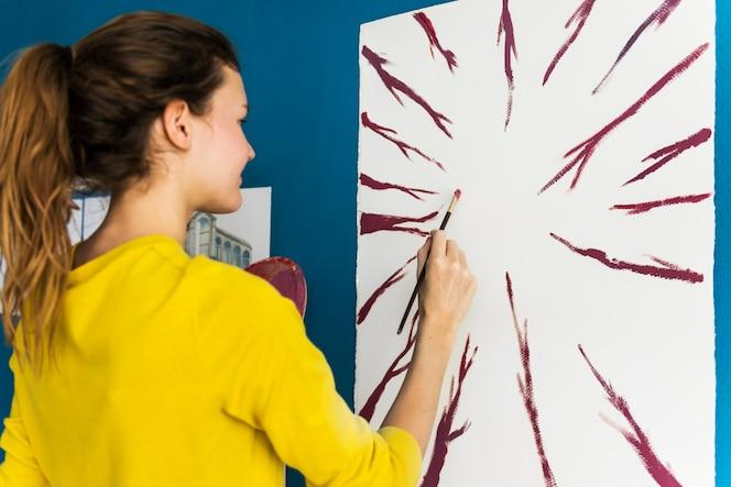 Joven artista creaiting una obra de arte