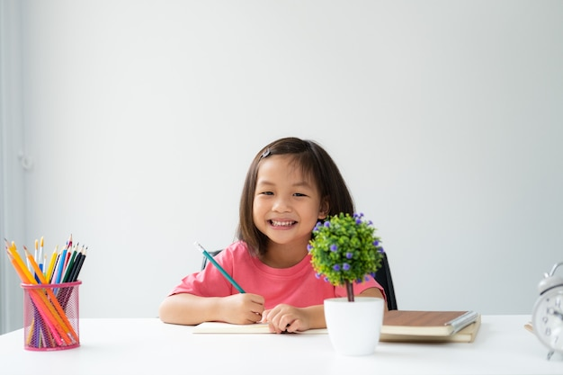 Joven asiática aprende y reconoce sola en casa