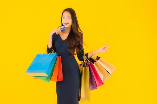 Joven asiática con bolsa de compras