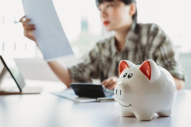 Joven asiática está calculando el impuesto a pagar