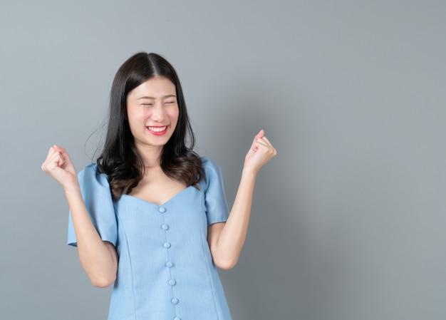 Joven asiática con cara feliz y excitada