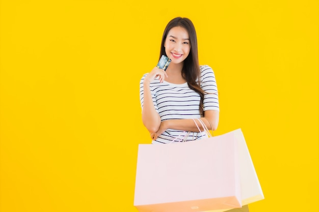 Joven asiática con colorido bolso de compras