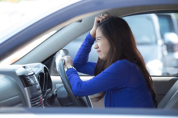 Joven asiática conduciendo