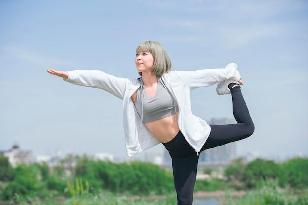 Joven asiática haciendo ejercicio al aire libre