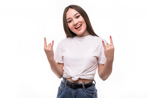 Joven asiática haciendo el símbolo del rock con las manos