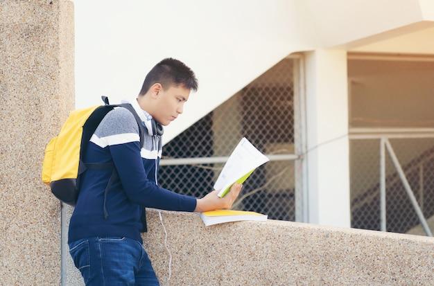 Joven asiática lectura, estudiantes preparándose para el examen después del descanso.