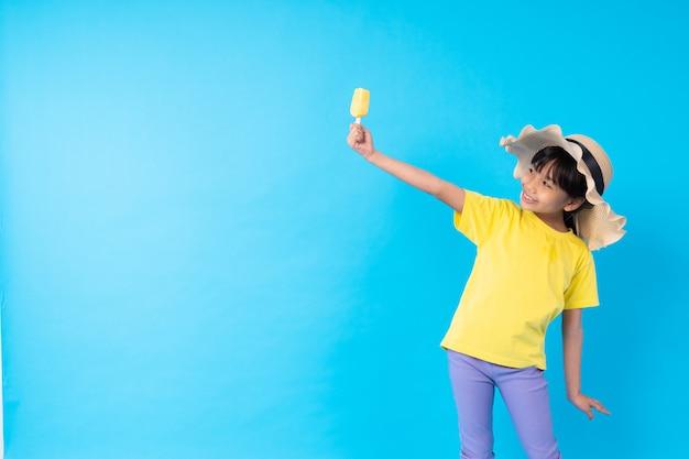 Joven asiática niña comiendo helado y publicando gracioso