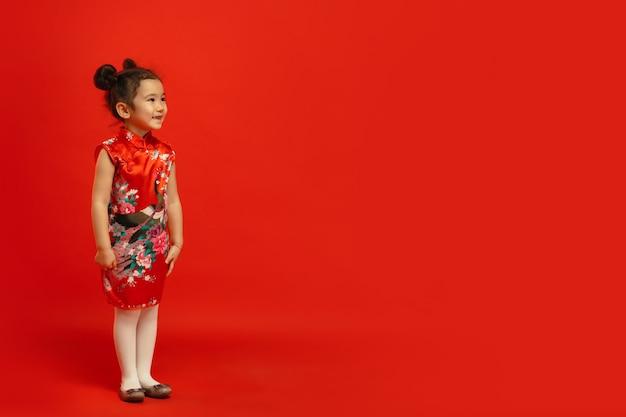 Joven asiática posando confiada y sonriente