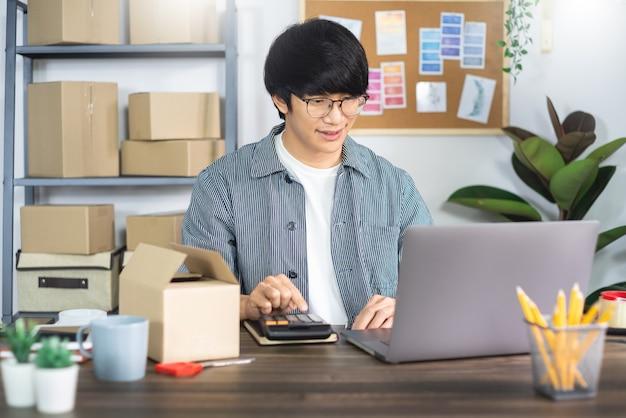 Joven asiática que trabaja en la oficina de servicio de entrega