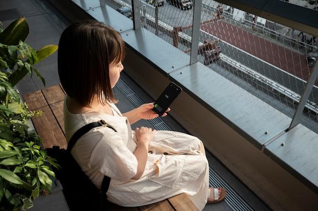 Joven asiática respondiendo a una llamada telefónica