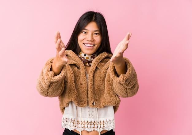 Joven asiática se siente segura dando un abrazo