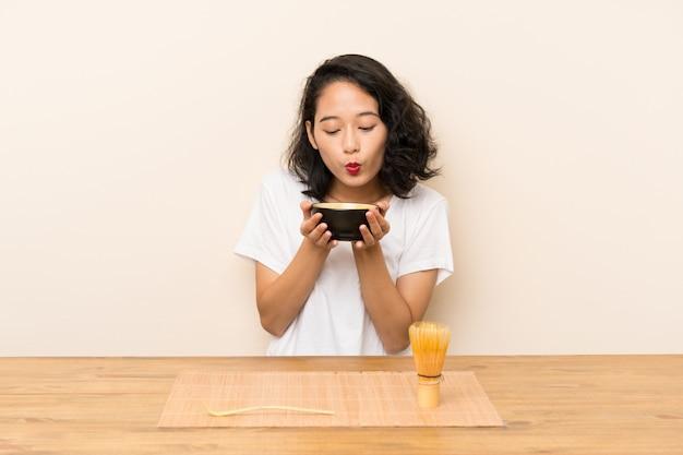 Joven asiática con té matcha